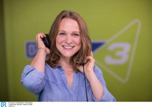 Moderatorin Corinna Theil. - Bild: BR/Markus Konvalin