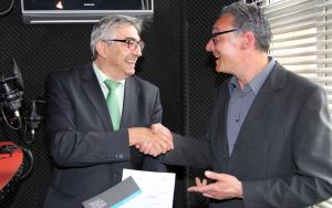 Lizenzübergabe von Direktor Jochen Fasco an Geschäftsführer Carsten Rose (v. l.) in den Studioräumlichkeiten von Radio F.R.E.I. Bild: TLM