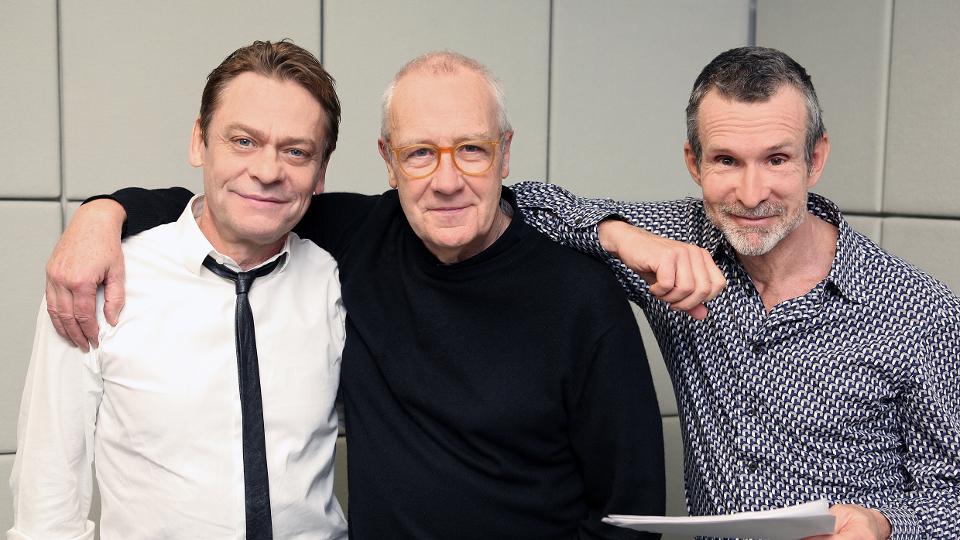 """Charles Marlow (Sylvester Groth), Walter Adler (Regisseur) und Kurtz (Ulrich Matthes) in dem Stück """"Herz der Finsternis"""", WDR/Sibylle Anneck"""