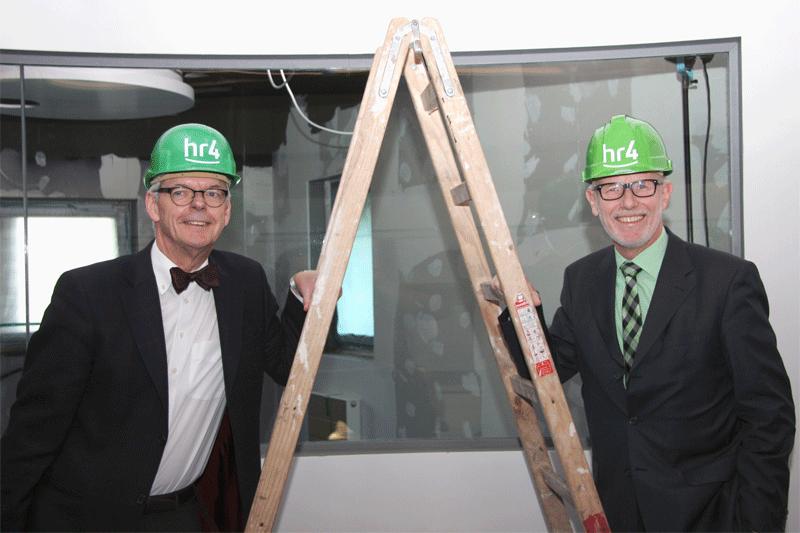 Bild: Der Intendant des Hessischen Rundfunks, Dr. Helmut Reitze (links), und hr4-Chef Rainer Götze auf der Baustelle des neuen hr4-Hörfunkstudios; HR/Mario Hornitschek