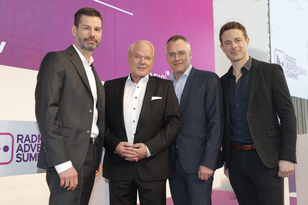 Oliver Adrian (AS&S Radio), Lutz Kuckuck (Radiozentrale), Florian Ruckert (RMS), Alexander Bommes (Tagesmoderator) – Foto: Radio Advertising Summit/Claus Langer)