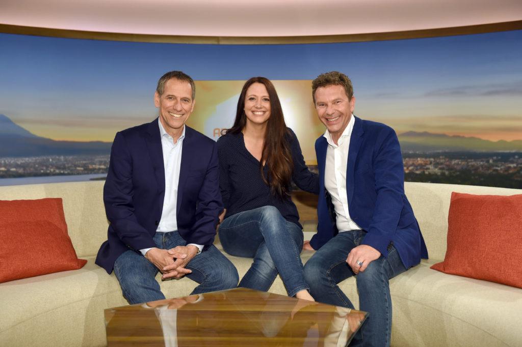 Abendschau Moderatoren-Trio Christoph Deumling, Claudia Finger-Erben und Roman Roell (v.l.n.r.) © BR / Felix Hörhager
