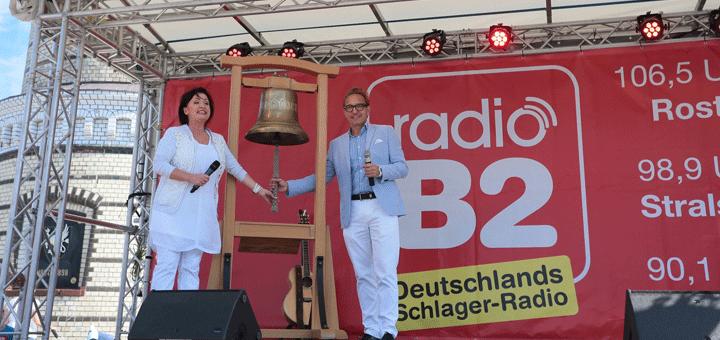 Schlagerstar Ute Freudenberg und Senderchef Oliver Dunk läuten den Sendestart von radio B2 in Mecklenburg-Vormpommern auf UKW ein. Bild: radio B2/Christian Rödel